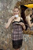 Roztomilá mladá dáma s šálkem kávy a čokolády — Stock fotografie