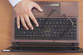 Usando o laptop — Foto Stock