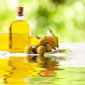 Oliwki i butelka oleju, jedzenie tła — Zdjęcie stockowe