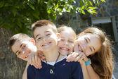 Grupo de niños felices, sonriendo a la cámara — Foto de Stock