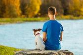 мальчик и собака — Стоковое фото