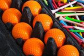 Turuncu golf topları ve tees — Stok fotoğraf