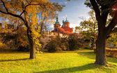 Tempio di San Lorenzo nel giardino di petrin a Praga — Foto Stock