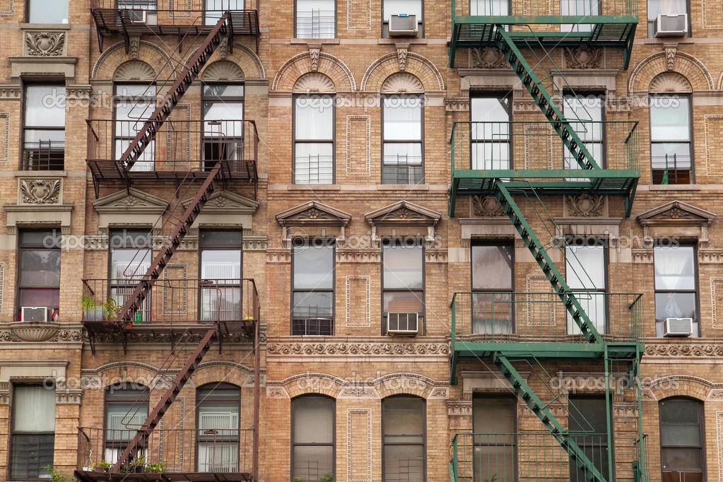 die typische feuer treppe auf alte haus in new york stockfoto capturelight 38154087. Black Bedroom Furniture Sets. Home Design Ideas