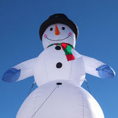 снеговик на голубое небо — Стоковое фото