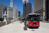 CHICAGO - JULY 13: Bus stop station near the Wrigley building in — Stock Photo