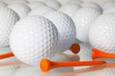 Muitas bolas de golfe em uma mesa de vidro — Foto Stock