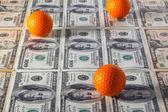 U.s.Dollar banconote e pratica di palline da golf — Foto Stock