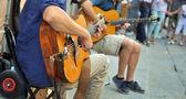 Booksin ein buch-shopstraßenkünstler mit gitarre — Stockfoto