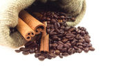 Coffee beans and cinnamon sticks — 图库照片