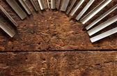 Timmerman hout beitel tools op oude verweerde houten workbench — Stockfoto