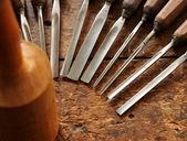 Herramientas de madera cincel en el viejo banco de madera resistida del carpintero — Foto de Stock