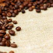 Kaffe på säckväv bakgrund — Stockfoto