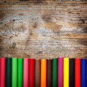 Lápices de colores sobre fondo de madera — Foto de Stock