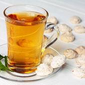 Tazza di tè verde con biscotti — Foto Stock