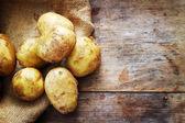 原料马铃薯木制背景上 — 图库照片