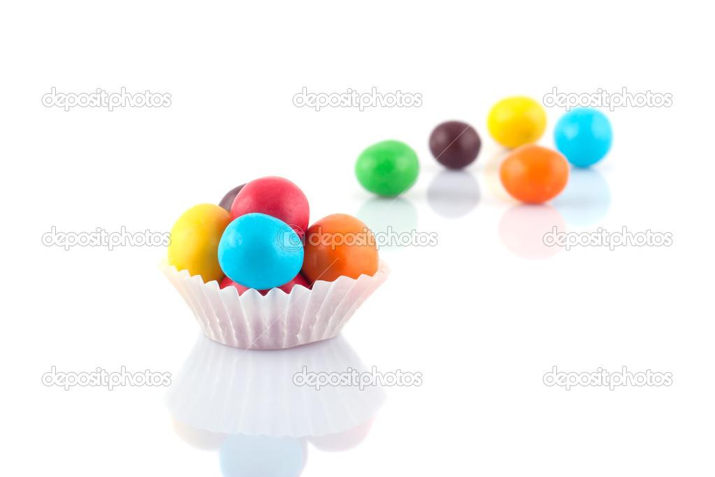 五彩��f�x�_在白色背景上的五彩圆糖果– 图库图片