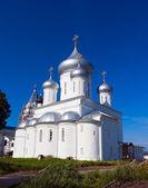 3 つのドームの白い尖塔教会 — ストック写真
