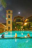 Kruik en zwembad met blauw water — Stockfoto