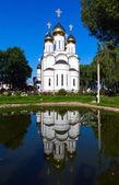 Белый шпиль церкви с тремя куполами — Стоковое фото