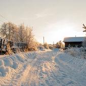 Route rurale d'hiver et les arbres dans la neige — Photo