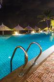 Trappor till poolen med blått vatten — Stockfoto