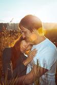 Jonge paar op een achtergrond van de blauwe hemel — Stockfoto