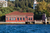 Traditional and modern mansions on the Bosporus — Stock Photo