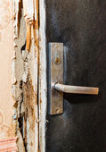 Hack the door with a crowbar — Zdjęcie stockowe