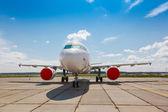Avião branco na plataforma — Fotografia Stock