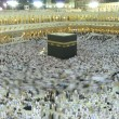 Slow shutter Muslim Pilgrim circumambulate around Kaabah in Masjidil Haram. — стоковое фото #31003931