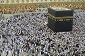 Muslim Pilgrim circumambulate Kaabah. — Stock Photo