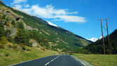 Carretera vacía con cielo azul dentro de Suiza — Foto de Stock