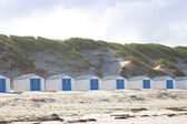 Dutch little houses on beach in De Koog Texel, The Netherlands — Stock Photo