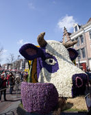 HAARLEM, THE NETHERLANDS - APRIL 21 2013: Dutch cow with flowers at flower parade on April 21 2013 in Haarlem, The Netherlands. The annual flower parade is a unique event with one million visitors. — Stock Photo