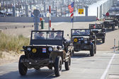 IJMUIDEN, THE NETHERLANDS-MAY 5 2013: Army trucks of organization Kelly's Heroes riding on beach on May 5,2013 in IJmuiden, The Netherlands. Simulate arrival of allies on liberation Second World War — Stock Photo