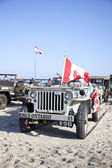 IJMUIDEN, THE NETHERLANDS-MAY 5 2013: Army jeep of organization Kelly's Heroes riding on beach on May 5,2013 in IJmuiden, The Netherlands. Simulate arrival of allies on liberation Second World War — Stock Photo