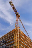 Crane and scaffolds — 图库照片