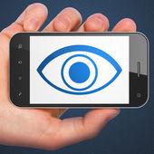 拿眼的智能手机上显示的手。通用移动塞马拉 — 图库照片