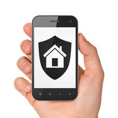 Hand met smartphone met schild op display. — Stockfoto