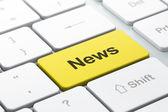 Concetto di notizie: tastiera di calcolatore con notizie — Foto Stock