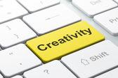 маркетинговая концепция: компьютерной клавиатуры с творчеством — Стоковое фото