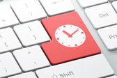 концепция время: часы на фоне клавиатуры компьютера — Стоковое фото