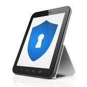 保护的概念: 盾与锁孔的 tablet pc 计算机上 — 图库照片