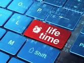 Tijdlijn concept: wekker en levensduur op computer toetsenbord achtergrond — Stockfoto