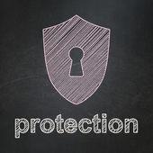 Concetto di protezione: scudo con serratura e protezione su sfondo di lavagna — Foto Stock