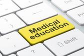 教育理念: 计算机键盘背景上的医学教育 — 图库照片