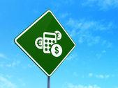 ニュース概念: 道路標識背景上の電卓 — ストック写真
