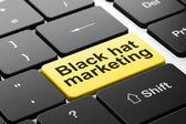 Conceito de finanças: preto marketing de chapéu no fundo do teclado de computador — Fotografia Stock
