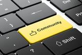 Soziales Netzwerk-Konzept: Daumen und Gemeinschaft über Computer-Tastatur-Hintergrund — Stockfoto